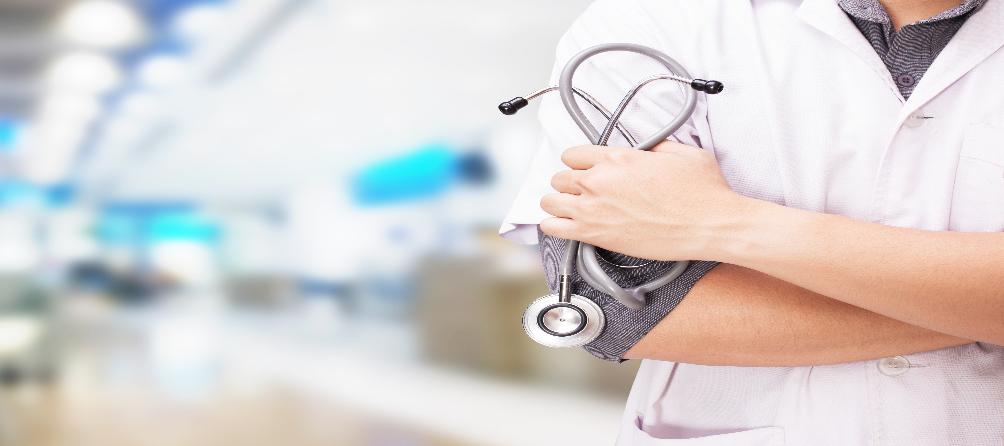 Médico em corredor de hospital
