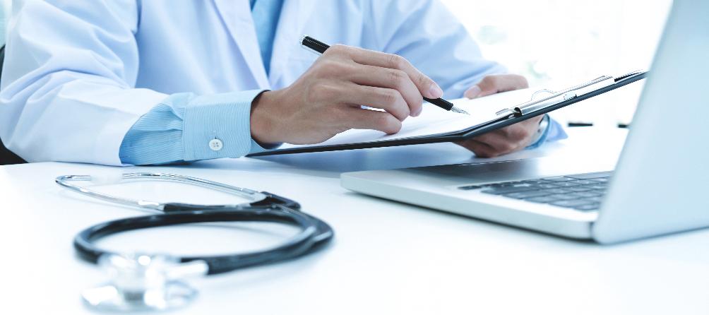 Médico a escrever