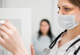 médica com máscara